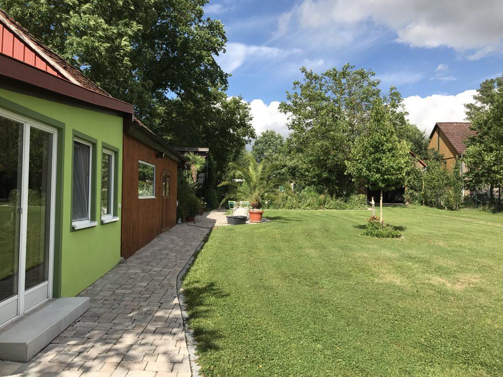 Weg vom Haus durch den oberen Garten