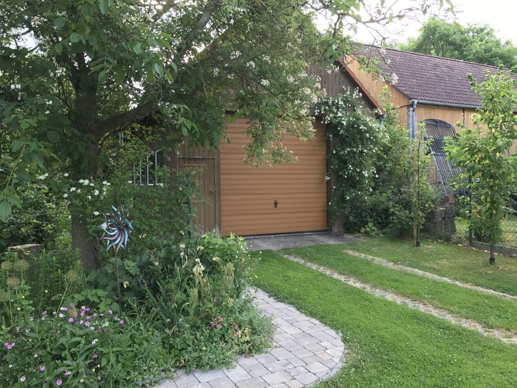 Landgarten und Ramblerrose