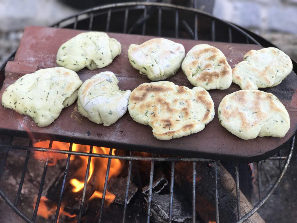 frische Kräuterbrötchen vom Grill